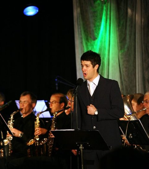 BRA MATCH: Didrik Solli-Tangen er samstemt med Porsgrunn Janitsjarorkester og Larvik ungdomsmusikkorps. Sammen med orkesterne fremfører han alt fra Puccini til Verdi.