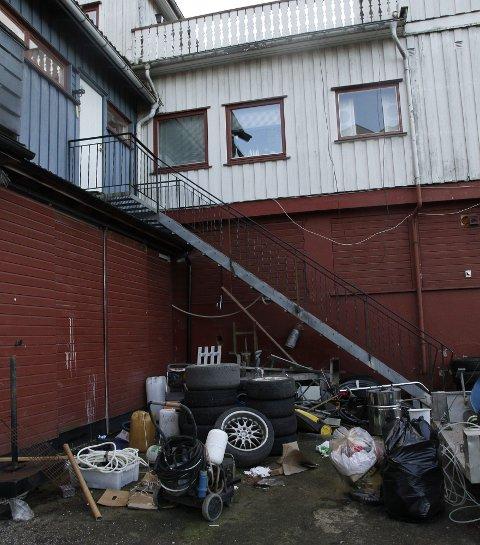 SPERRER INNGANG: Søppelberget har nå blitt så stort at det er vanskelig å ta seg opp trappa til Gardermovegen 5.FOTO: Linda Ingier