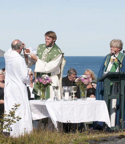 Fikk gave. Bishop Trevor Willmott overrekker gaven fra Dover og Canterbury bispedømme til Gildeskål kirke ved sogneprest Eivind Ørum. Foto: Johan Votvik