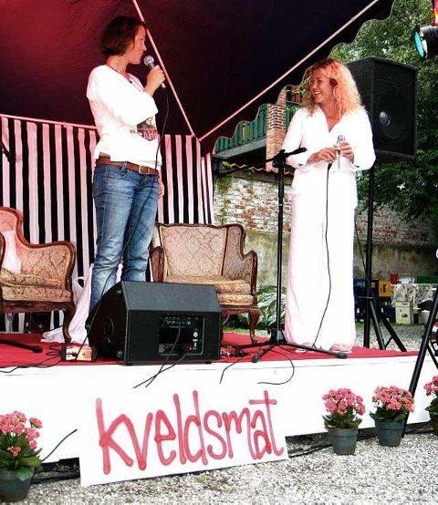 Fin duo: Kari Slaattsveen var invitert til å åpne «Kveldsmat» i hagen i elleVilla. Her med kveldsmatvertinna Elisabeth Holm.(Foto: Sigrid Ringnes)