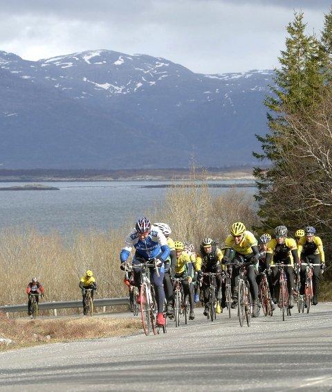 FLOTT: Her er feltet på vei opp bakkene på vei tilbake mot Søvik. Turrittet går i storstilt natur sørover mot Tjøtta.
