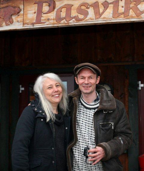 FREDAGSPUB: Anne Margaret Nilsen og Trygve Beddari ønsket å gjenopplive den gamle bygdefesttradisjonen som eksisterte i Svanvik omtrent tjue-år siden ved å starte en fredagspub med levende musikk og andre overraskelser.