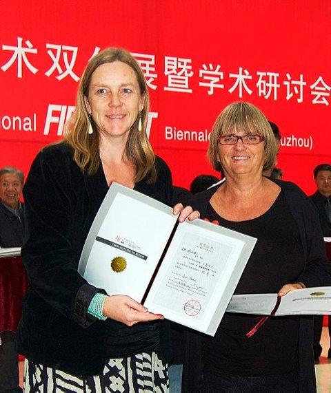 FIKK PRIS: Brita Been og Anne Stabell mottok pris for sine vevde arbeider under utstillingen i Kina.