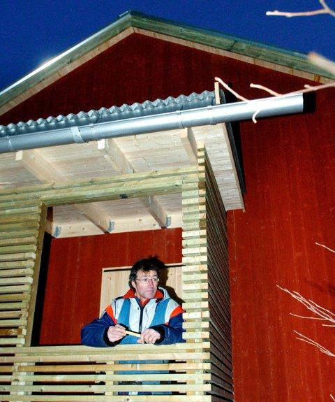 Tradisjonelle og moderne materialer i enkel byggestil. - Og mange smarte løsninger, sier snekker Kjell Olsen, her i et avfallsrom ved garasjen.
