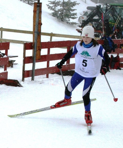 SPREK: Andrine Sleire Tistel frå Masfjorden i aksjon under KM i Vik. Systera Maria og faren Vidar deltok også under KM.