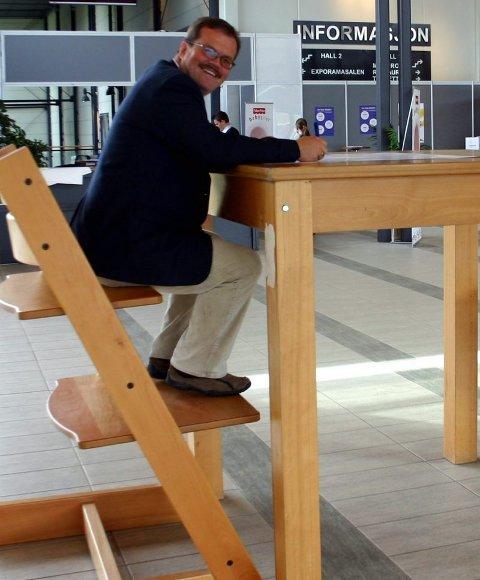 SOM BARN IGJEN: I inngangshallen kan voksne prøve hvordan det føles å være en alen lang, demonstrerer prosjektleder Rune Østby Hansen.