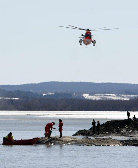 FORTSETTER SØKET: Politiet opplyser at søket etter 8-åringen fortsetter utover kvelden. Luftforsvarets Sea King har imidlertid returnert. FOTO: SCANPIX
