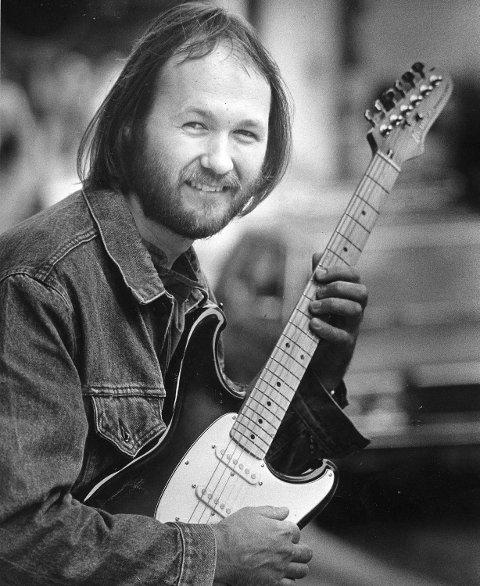 Ole Thomsen er en av byens musikkveteraner. Her er han fotografert i BA i 1984 med en av sine mange el-gitarer.