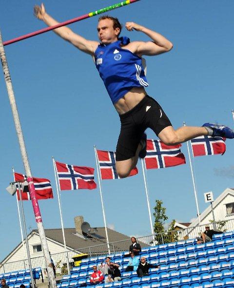 STAV: Kim Nes Leirvik svingte seg over 4,40 meter under NM i friidrett. Det gav fjerdeplassen.
