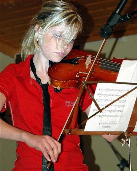 Fiolinist Solveig Sandvik mottok stipend på 1.000 kroner.