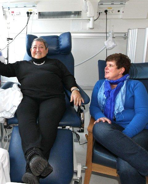 VENNINNER: Kreftsyke Anne-Karin Joranger (63) og Bente Axelsen (44) ble godt kjent.
