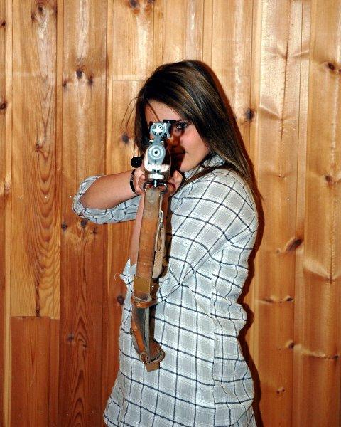 STØ PÅ LABBEN: Siri Mortensen knuser gutta på skytterbanen. Høland-jenta vant en rekke priser for sine prestasjoner i 2008. Blant annet mottok hun Samlagets premie for seieren under Landsskytterstevnet i felt. BEGGE FOTO: MARTIN HOLTERHUSET