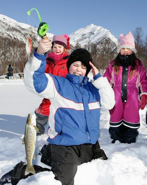 PERFEKT TURDAG Joakim Indrevold har akkurat dratt en ørret opp av isen. (Bak) Ida Victoria Rindal og Andrine Fredriksen.