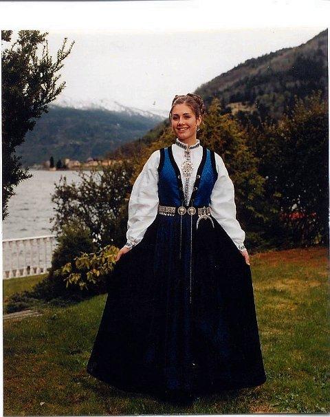 STOLT AV HEIMTRAKTENE: - Eg får mykje skryt for dialekten min og eg er veldig stolt av å kome frå Sogndal, seier Tone Damli Aaberge. Her er ho avbilda på konfirmasjonsdagen. Foto: Privat
