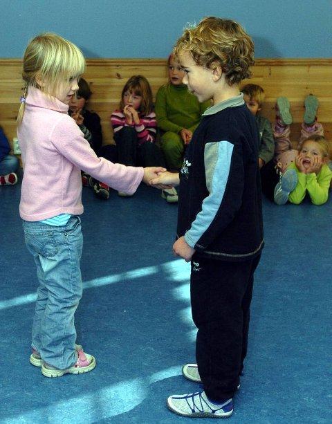 KJÆRESTER: Maren Johansen og Bendik Ringvold leker for et øyeblikk at de er kjærester.