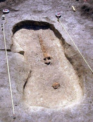 BETYDNINGSFULL MANN: Sannsynligvis var det en storkar av en sarping som for rundt tusen år siden ble begravet med dette sverdet liggende på brystet.