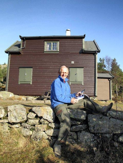Trygve Hillestad foran Viggohytten i Kanadaskogen, en av alle byfjellshyttene han har nummerert.