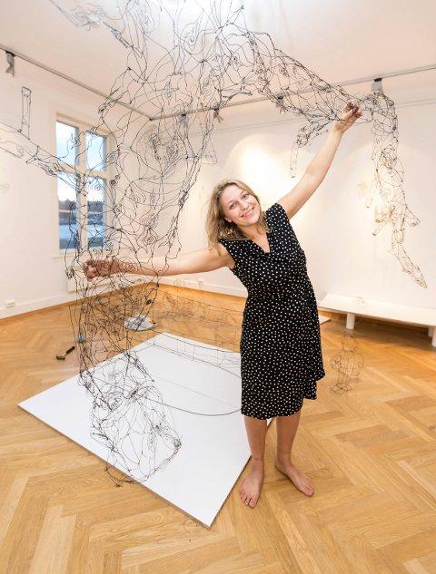 TEGNER I ROM: Kunstener Lene Kilde (33) fra Rælingen stiller ut sine ståltråd-skulpturer i Galleri Brogata 2 i Lillestrøm i perioden 10. til 25. januar.