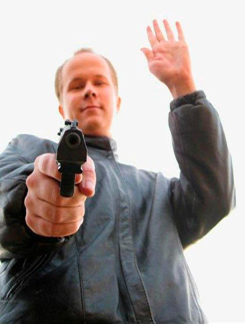 Matti Juhani Saari (22) poserer i en video han la ut kort tid før skolemassakren.