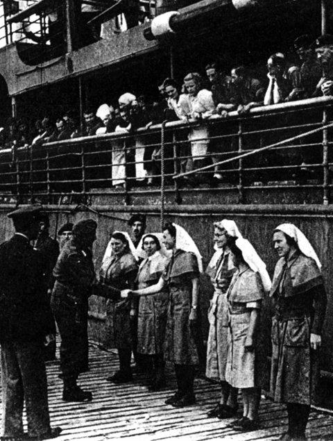 """DRO: Kronprins Olav hilser på sykepleiere da 622 syke ex-fanger  ble sendt fra Kvesmenes 27. juli 1945 med """"Stella Polaris"""". Bildet er hentet fra en artikkel av E. Ross Jenney i Medical Opinion & Review oktober 1968."""