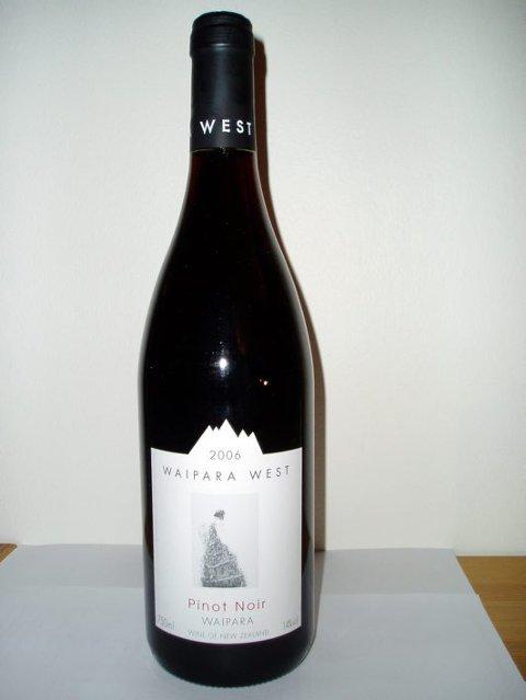 Nr 57976 Waipara West Pinot Noir 2006 kr 226,80 Waipara West, Waipara, New Zealand (Bestillingsutvalg)  Rødvin. Drue: pinot noir. Organisk dyrket. Fatlagret. Transparent rubinrød. Deilig duft av blomster, bringebær, kirsebær og varm underskog. Delikat, lett og elegant med en livlig syrestruktur. Finish frisk som en fjellbekk.   Passer til: Lyst kjøtt, salat, torsk, utrolig nok går den fint til reker, men kjøl den ned til 14-15 grader. Leskende lett og frisk uten mat.  Konklusjon: Tiltrekkende New Zealand pinot. Noen vil vel ha problemer med prisen, men Kiwi-viner koster skjorta generelt, og vis meg den røde sentralburgunder du finner med denne kvaliteten til denne prisen. Mulig en kommune-Volnay til rundt 300 kroner hadde matchet Waipara West. He, he.  Terningkast 5
