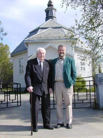 Sokneprest Torgils Aurdal setter stor pris på at snart 93 år gamle Nils O. Gullvik, har helse til å være med på jubileumsfeiringa til Røssvoll kirke. Foto: Gunnar Moe