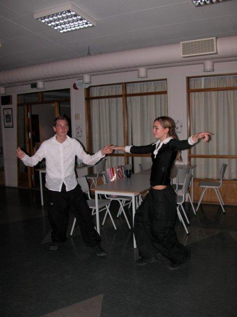 Danset swing. Torbjørn S. Urskog (15) og Susanne B. Sandberg (15) øvde på bakrommet før sin opptreden.