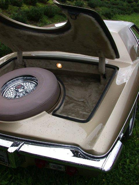 IKKE SPESIELT PRAKTISK:  Det håpløst plasserte reservehjulet tar mye plass, men så tillater den lyse, spesialbestilte minkkledningen heller ikke særlig utstrakt bruk av bagasjerom.