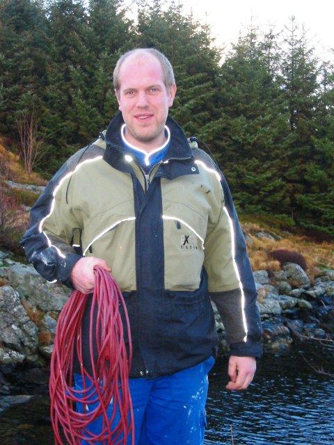 REDNINGSMANN: Ved hjelp av skøyteleidning redda Pål Holgersen ein katt som hadde gått gjennom isen.