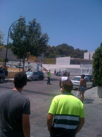 Åstedet er avsperret og det er mye politi på stedet.
