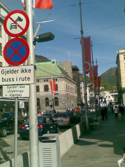 Dette skiltet viser at kun utrykningskjøretøy og busser i rute har lov å kjøre i enden av Strandgaten