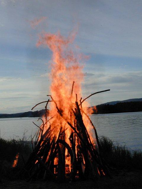 For å kunne fyre opp et sankthansbål er det nødvendig med tillatelse fra brannvesenet. Bildet av dette sankthansbålet er tatt ved Steinsfjorden.