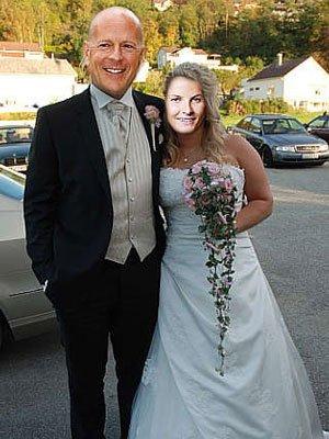 En selger prøvde å gjøre brudekjolen sin mer attraktiv ved å klippe inn ansiktene til Bruce Willis og Mette-Marit.