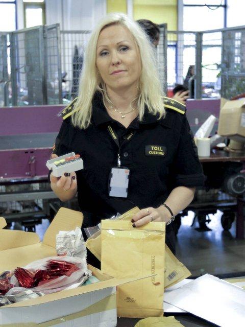 Wickstrøm viser fram en pakke som inneholdt det syntetiske hormonet, som lover brunfarge og slankende effekt, som det advares kraftig mot.