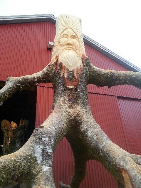Arne Askeland lagar figurar til ein tursti på Fosseheimen naturpark.