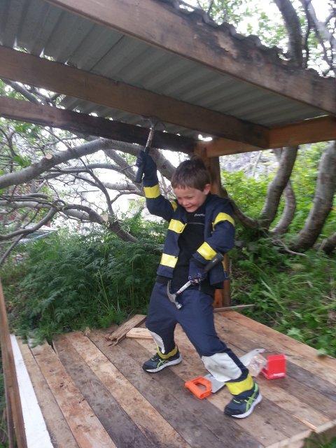 STRÅLENDE FORNØYD: 7-åringen Knut Martin Lauritsen har fått tillatelse av kommunen å bygge hytte i hagen.