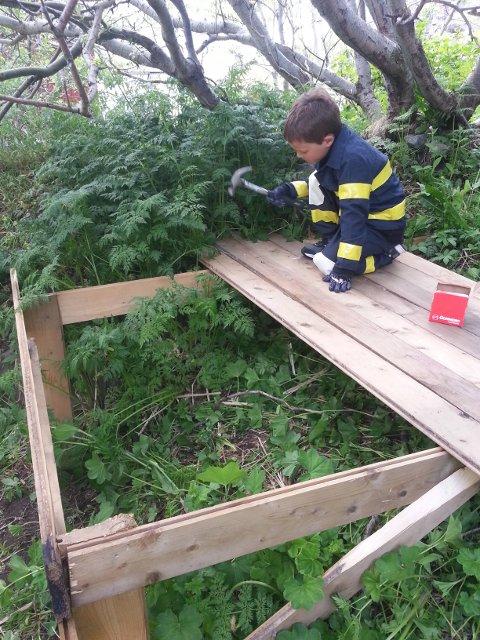 GULV OG TAK: Fordi det begynte å regne da Martin begynte å bygge hytta, var tak og gulv noe av det første som kom på plass.