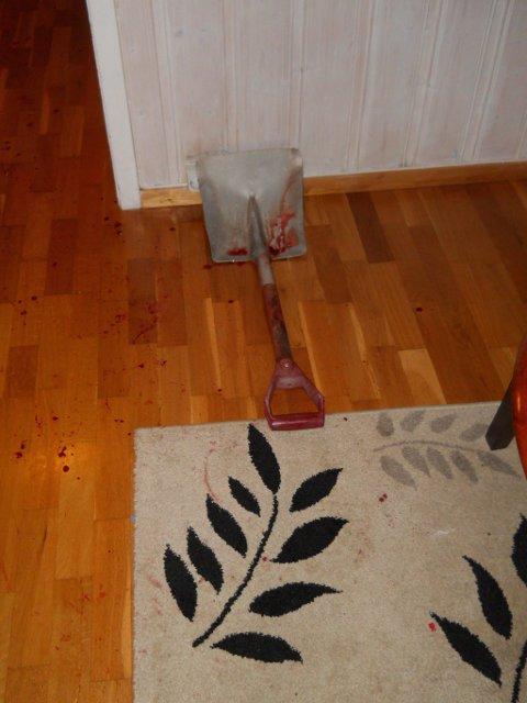 SLO MED SPADE: Mannen som brøt seg inn i Bybrua slo politibetjentene med denne spaden.Foto: Privat