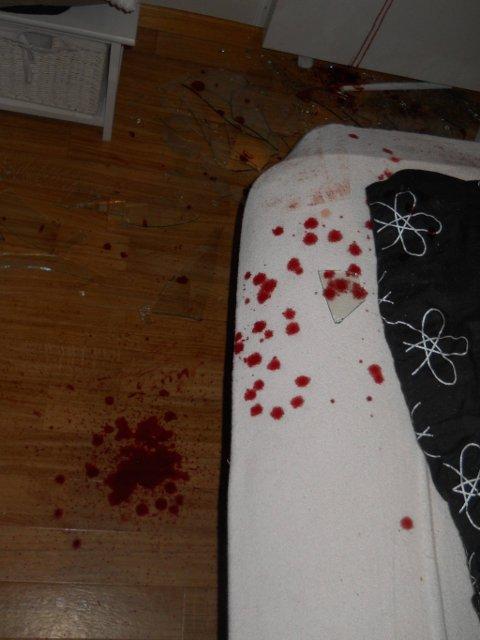 Blod overalt: Den ubudne gjesten kuttet seg stygt da han knuste vinduet. Det resulterte i blodspor over hele huset.Foto: Privat
