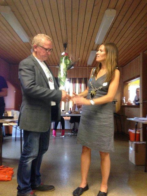 BLOMSTER: Ordfører Stine Akselsen møtte opp for å gi blomster til arrangørene ved Alf Edvard Masternes.