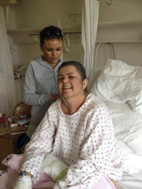OMSORG: Barnebarnet Maren flettar håret til mormor. Ho har vore veldig bekymra for korleis det ville gå med mormor som ho har eit nært og godt forhold til.