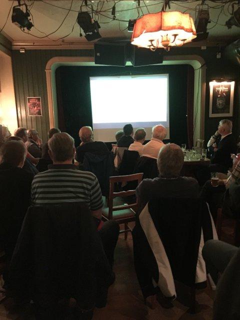 STORSKJERM: Også på Lundetangen pub var det endel som fulgte kampen på storskjerm.