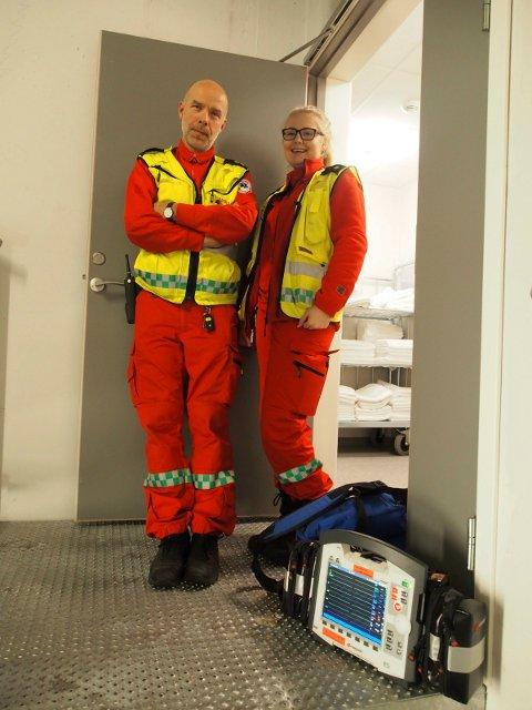 Knut Haugen og Ina Kristensen fra ambulansen ved UNN Narvik stilte med hjertestarter i trappa. Foto: Lone Martinsen