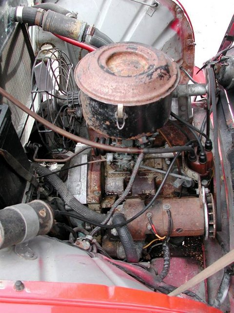 ENKEL MOTOR: 3-sylindret 2-taktsmotor på 882 ccm og 42 HK. Det trengs 3 prosent oljetilsetning i bensinen for smøring.