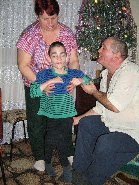 VIKTOR: Viktor (11) er døv, har CP og epilepsi. Han bor på ett rom sammen med foreldrene. Faren er også bevegelseshemmet.  (Foto: Privat)