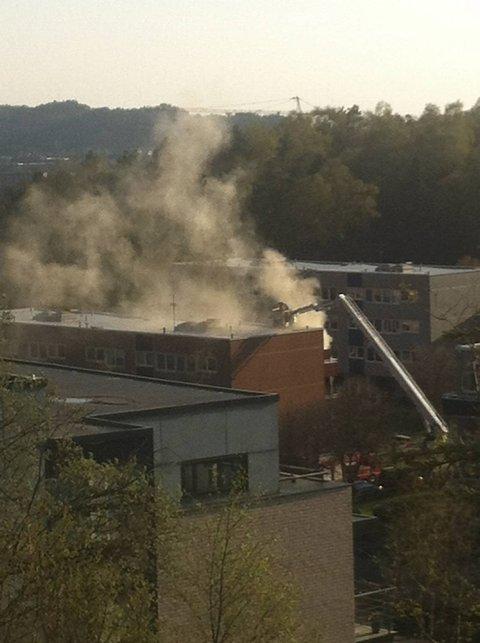 Da vinduene til leiligheten i blokken ble åpnet, kom det veldig mye røyk ut.
