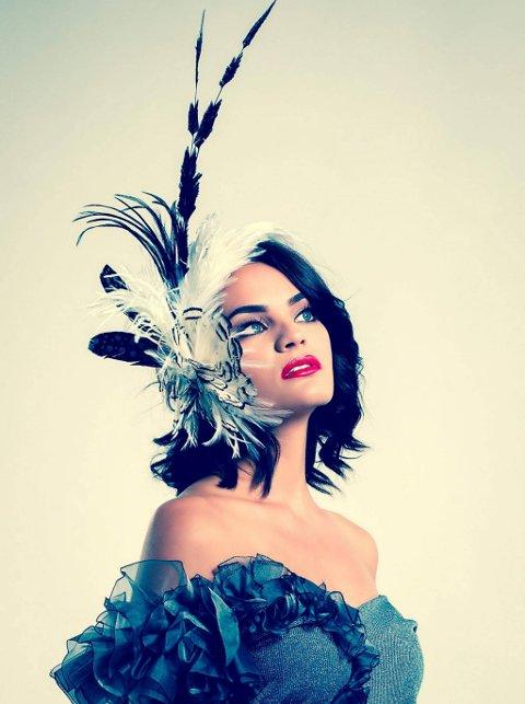 Miss Universe Norge: Plutselig er Mari Ekeløf blitt modell og finalist i Miss Universe. Her ikledd klær og hodepynt fra designer Åse Strand.Foto: Charles Lloyd-Williams