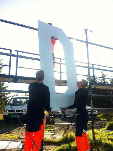 """Her løfter de ned den store """"D""""-en etter at noen hadde skrevet Molde i løpet av natta."""