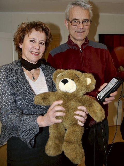 Superteddy: Bodil og Erlend Solberg med «verdens dyreste bamse»; teddybjørnen Neuro. Han er  et elektronisk kosedyr av det avanserte  slaget, og benyttes i neurofeedback- behandling hos «Barn og Unges Potensial» på brygga.