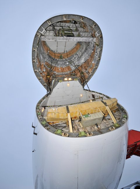 LØFTES OPP: Hele nesepartiet på flyet kan løftes opp for å laste inn laks, gods og andre objekter som skal med på turen. Flyet er av typen Boeing 747-200F. FOTO: HANS OLAV NYBORG
